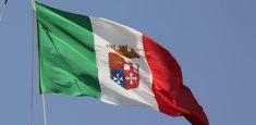 bandiera Italia Marina Militare, versione pre 2012, issata su nave scuola Marina Militare Italiana Amerigo Vespucci