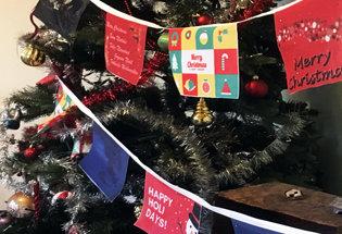 Filare di bandiere natalizie
