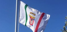 bandiera ufficiale Regione Puglia tra gli ulivi