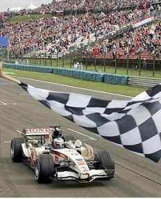 bandiera a scacchi in pista