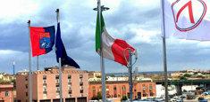 Bandiera di Taranto esposta al porto di Taranto