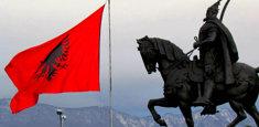 Skanderberg e la bandiera albanese a Tirana