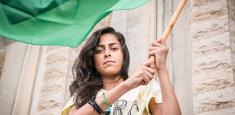 Ragazza palestinese con bandiera palestinese